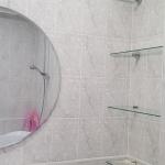 Полочки и зеркало в ванной