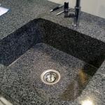 Монтаж кухонной мойки из камня 🏆 в Москве заказать на дом недорого - Фото 2